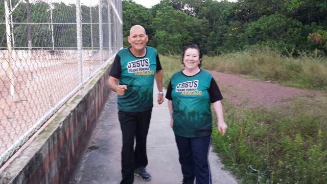 Advaldo Vitor Oliveira e a esposa Eliane Oliveira: caminhadas duas vezes ao dia