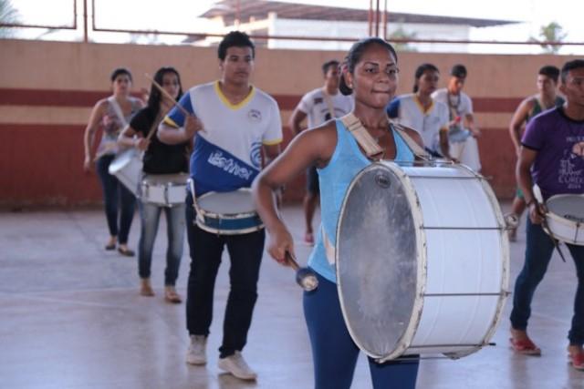 Estudantes ensaiam há mais de dois meses para fazer bonito no Sambódromo