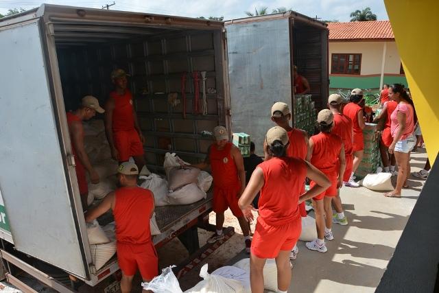 A Defesa Civil coordenou a distribuição dos alimentos. Fotos: Fernanda Picanço/Sesc