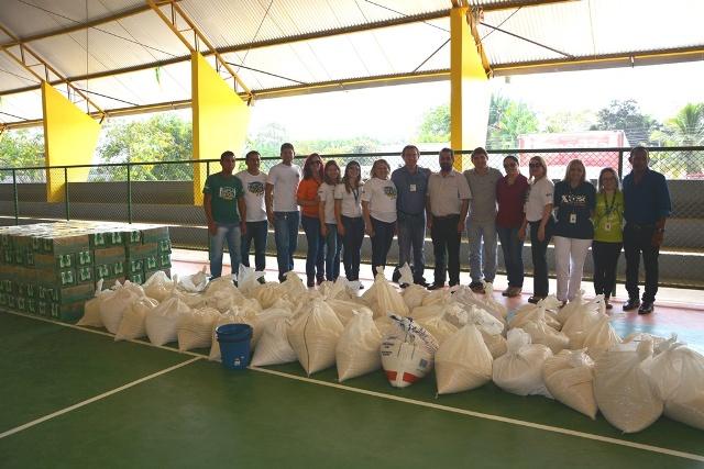 Parceiros reunidos antes da distribuição dos alimentos para as famílias