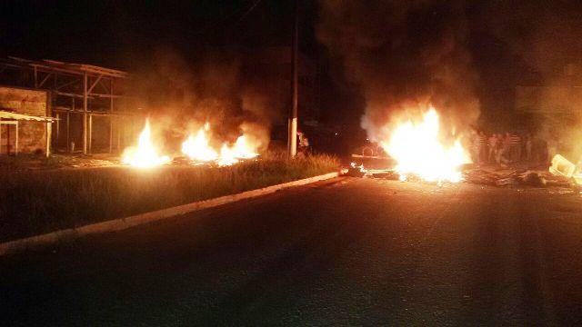 Moradores do Buritizal, em Macapá, incendeiam pneus para protestar contra os apagões: fornecimento de energia é um dos piores