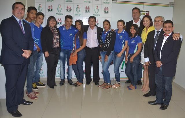 Vereadores e estudantes do Bailique. Foto: Ascom