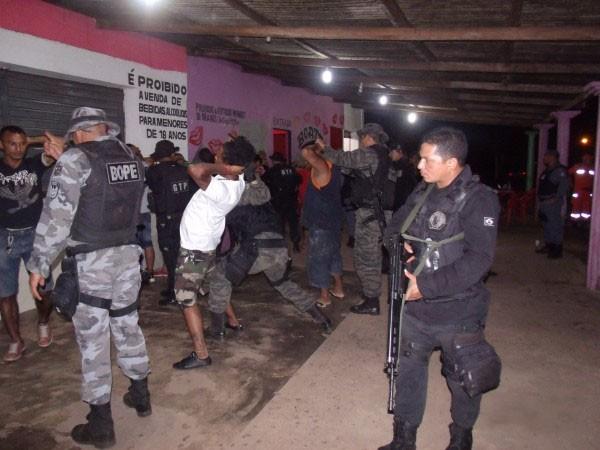 Os agentes de segurança revistaram brasileiros e estrangeiros em bares e boates