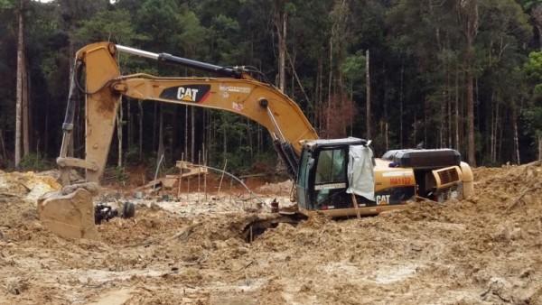 Uma retroescavadeira foi encontrada no garimpo, usada para cavar buracos para os garimpeiros