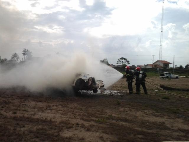 Depois que o fogo avança, a solução é esperar pelos bombeiros. Fotos: André Silva