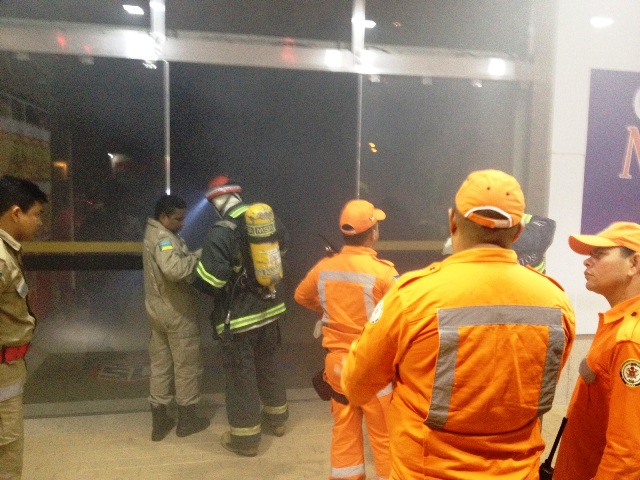 Equipes vasculharam todo o interior do prédio e não encontraram focos de incêndio. Fotos: Cedidas
