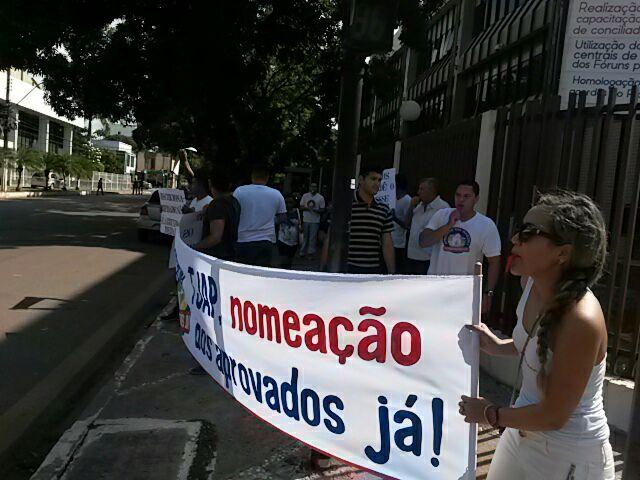 Os manifestantes usaram faixas e cartazes reivindicando as contratações. Fotos: divulgação