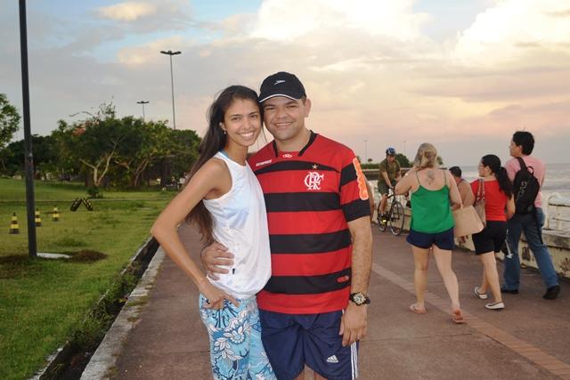 Nadiane e Adenilson caminham juntos todos os dias na orla. Fotos: André Silva