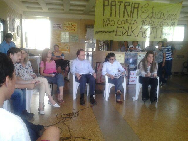 Reitores em reunião com estudantes e professores tentam desocupar a Reitoria. Fotos: André Silva