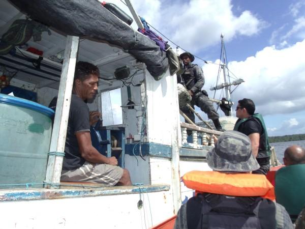 Um homem suspeito de homicídio foi preso. Ele estava entre os pescadores