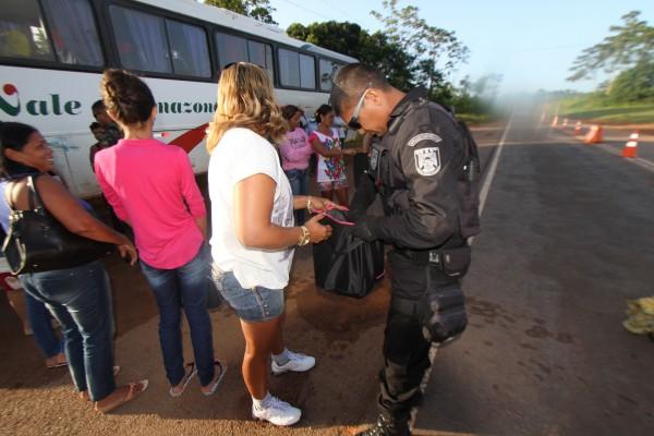 Passageiros de ônibus e vans foram alvos da operação