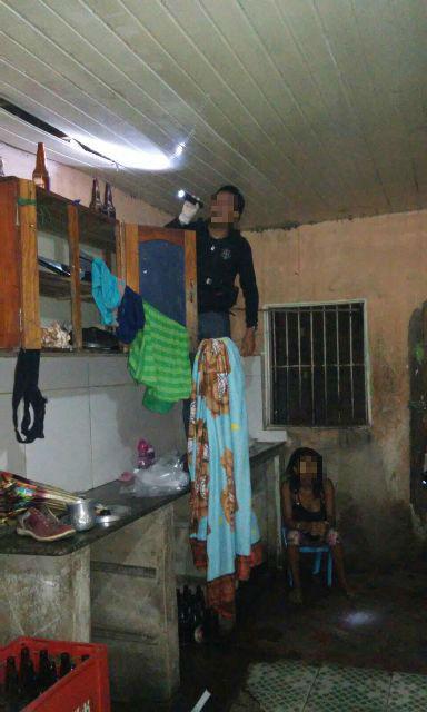 Policial procura droga no forro de uma das casas