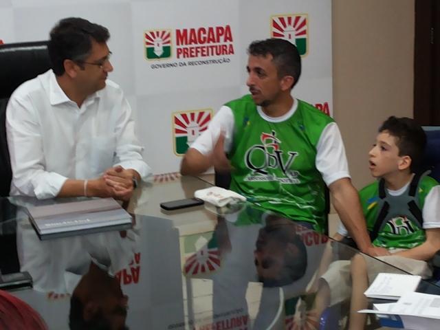 Rodrigo e Gabriel visitam o prefeito de Macapá, Clecio Luís