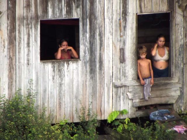 Família acompanha a passagem dos navios entre o Pará e oo Amapá