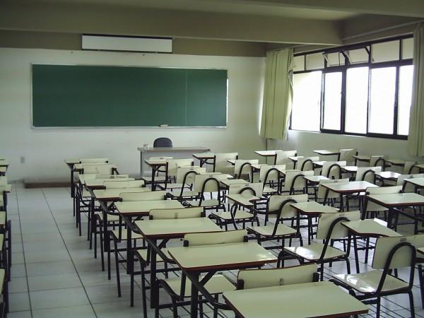 As salas de aulas em mais de 30 escolas estão assim