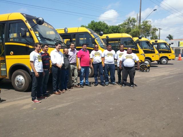Os ônibus foram entregues aos diretores das escolas nesta segunda-feira