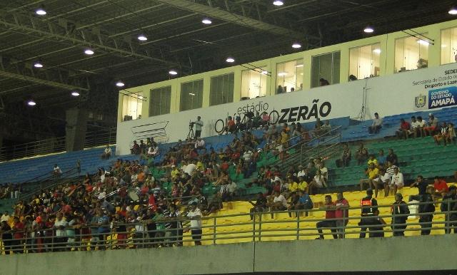 O torcedor que foi ao estádio viu o Santos melhor em campo, mas viu o Trem vencer