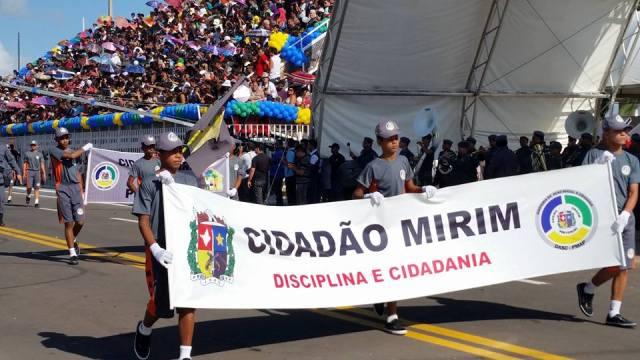 Projetos sociais da PM e Corpo de Bombeiros estiveram representados na avenida