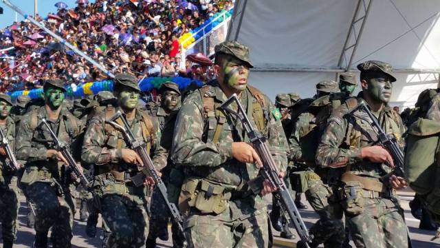 Exército Brasileiro, representado pelo 34º BIS, deu início ao desfile militar e foi muito aplaudido
