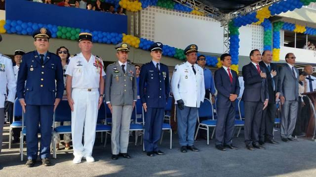 Autoridades civis e militares prestigiando o evento no Sambódromo