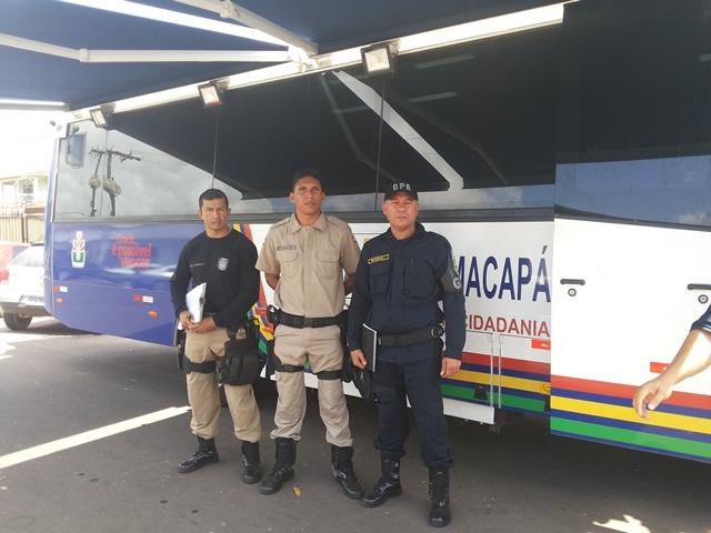 Guardas municipais com o ônibus que fará o monitoramento na cidade
