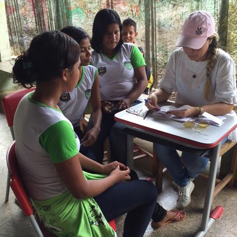 A coordenadora Jorsette Cantuária orienta meninas nas escolas