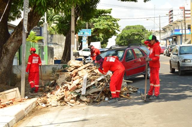Entulhos estão sendo retirados das ruas. Fotos: Ascom/PMM