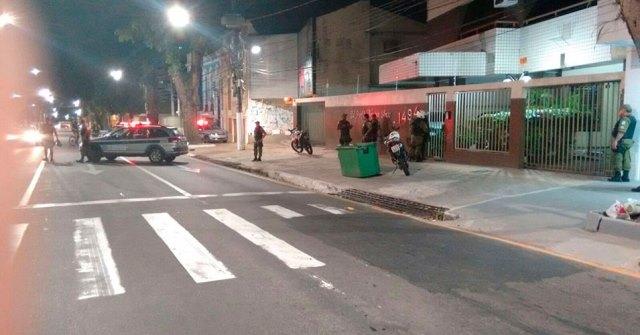 Polícia cerca o prédio e negocia liberdade dos reféns. Fotos: DOL