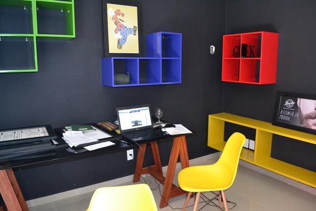 Sala de informática para clientes que precisam cortar o cabelo, e não podem perder tempo