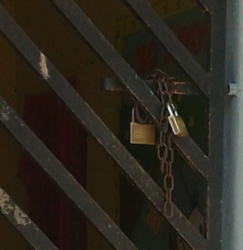 Portões estavam trancados com correntes e cadeados