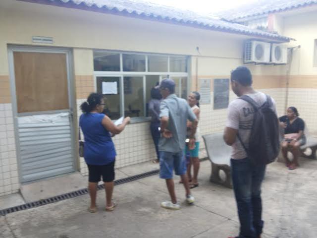 Pacientes em busca de exames hoje pela manhã. Fotos: Cássia Lima