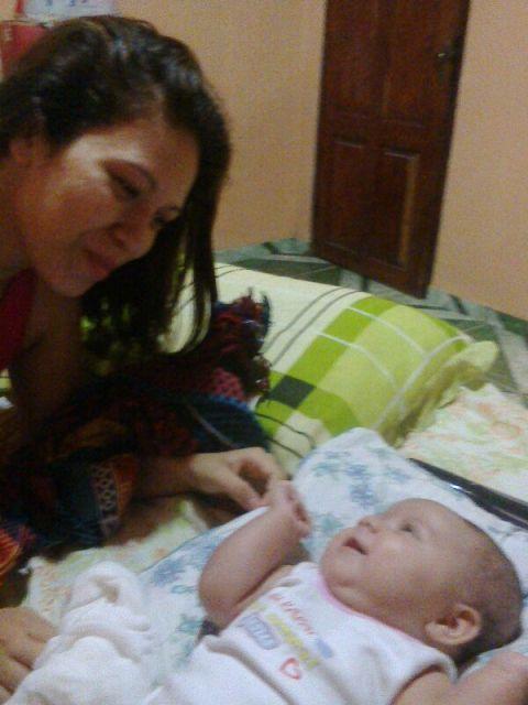 Janiele com o seu bebê de apenas três meses