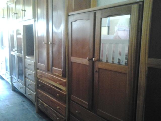 Móveis novos de madeira  se misturam aos usados