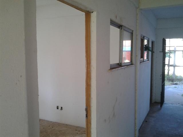 Dentro dos prédios, os apartamentos são saqueados. Até as portas já foram levadas