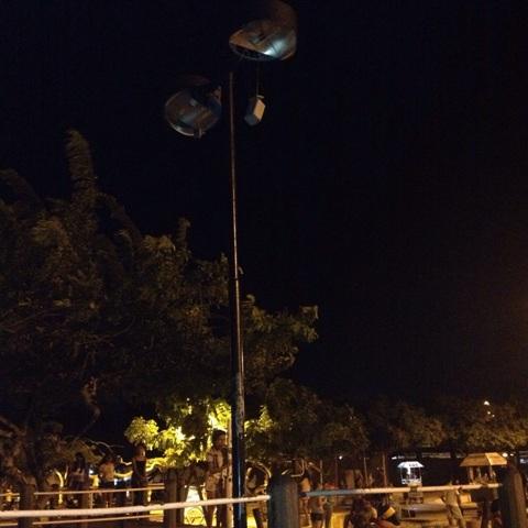 Com luminárias quebradas, o parque fica na escuridão