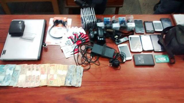Produtos e dinheiro encontrados com os assaltantes