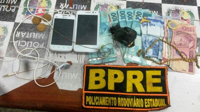 Dinheiro e a droga que estavam em poder dos criminosos