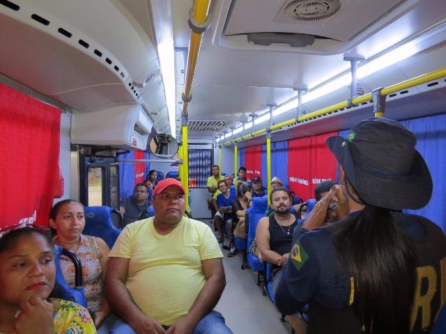 Motoristas participam de palestra dentro do ônibus da PRF