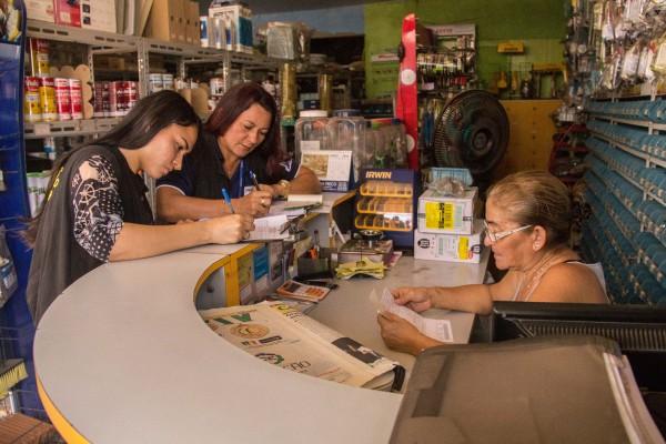Fiscais conversam com responsável por loja de materiais de construção. Foto: Ruan Alves Agência Amapá