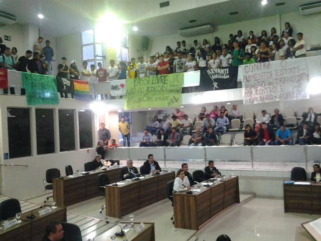 Estudantes lotaram as galerias e vereadores adiaram sessão