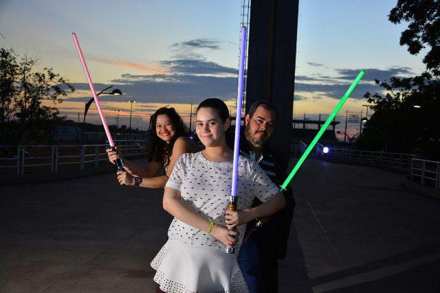 """Os participantes terão aulas de como manusear um """"sabre de luz"""". Fotos: Divulgação"""