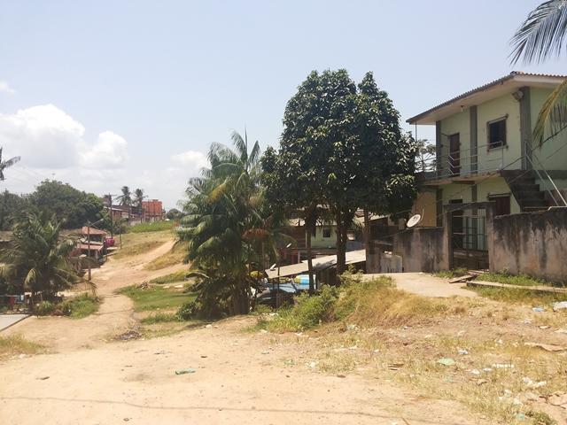 A rua onde as vítimas moravam é mal iluminada e os vizinhos convivem com o medo