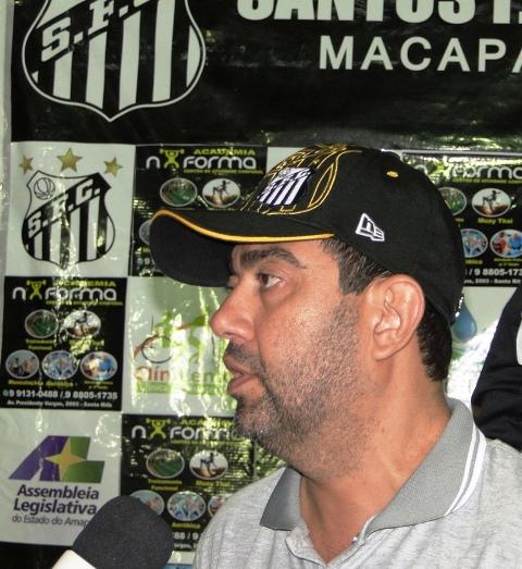 Técnico e presidente do Santos, Luciano Marba: em quarto, mas ainda favorito