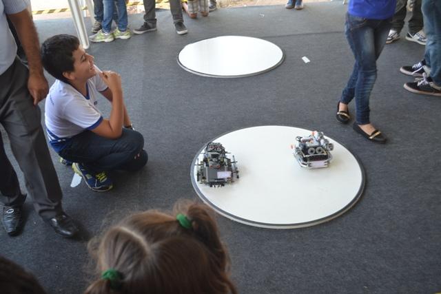 Estudantes e robôs juntos,  impressionaram o público