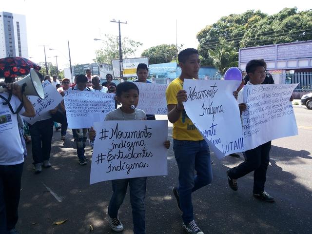 Representante dos movimentos sociais usavam cartazes para se manifestar. Fotos: Cassia Lima