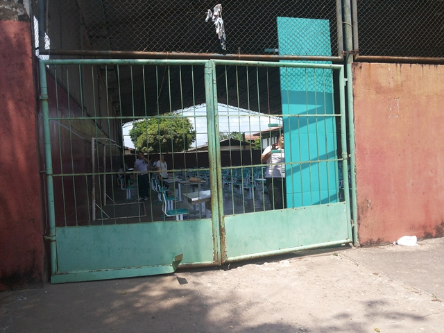 A quadra da escola foi improvisada como uma grande sala de aula