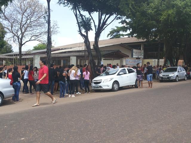 Estudantes receberam a notícia da pane elétrica quando estavam na fila. Fotos: Cassia Lima