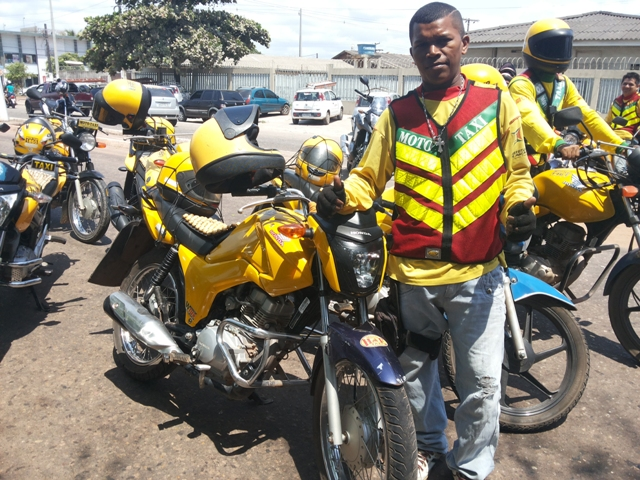Depois de seis anos trabalhando em moto alugada, Domingos conseguiu comprar a própria moto. Fotos Cassia Lima