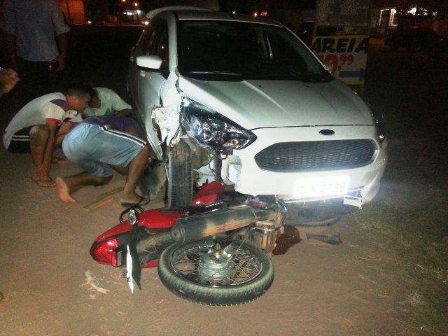 Uma das motos ficou debaixo do carro, mas o condutor não teve ferimentos graves: Fotos: Jair Zemberg