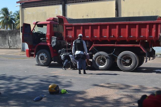 Policiais removeram a moto antes da chegada da Politec. Era necessário desobstruir o trânsito. Fotos: André Silva